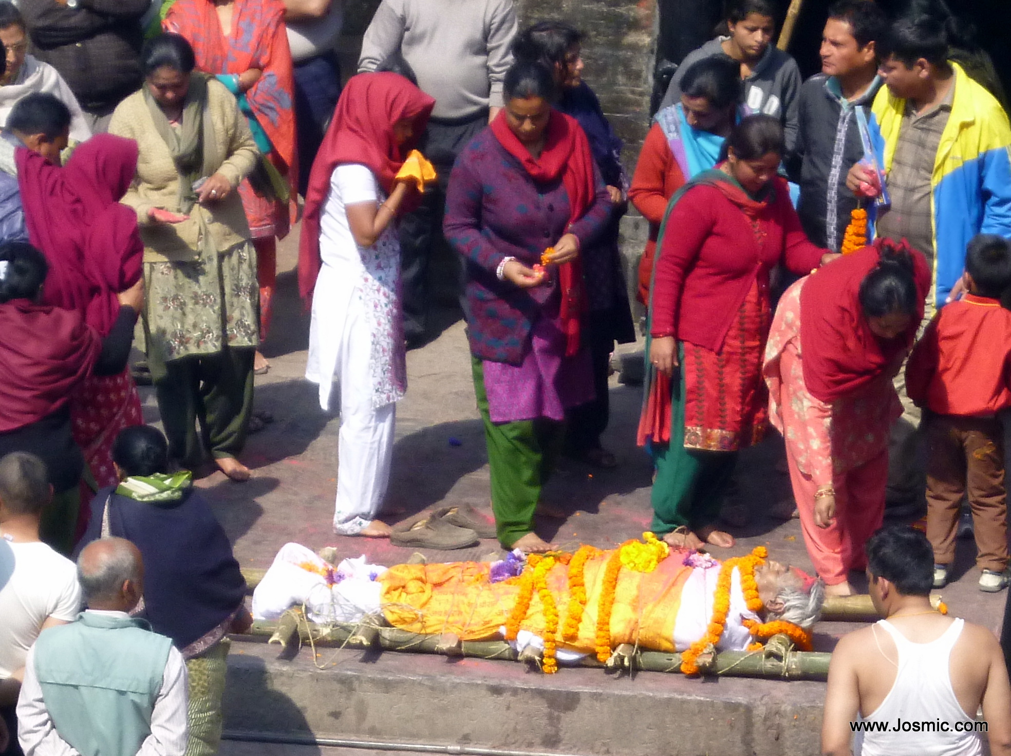 Hindu cremation, scattering blooms on the body